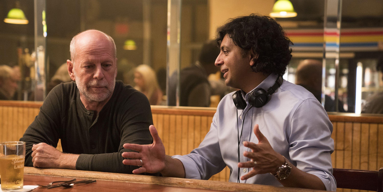 M Night Shyamalan dirigiendo a Bruce Willis en Glass