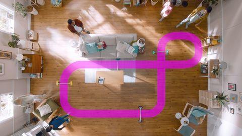 木頭地板上有粉紅色賽道