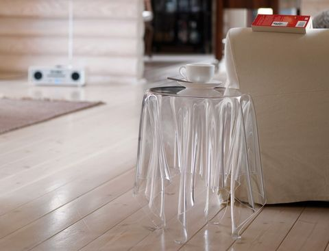 米色傢俱前有透明桌子