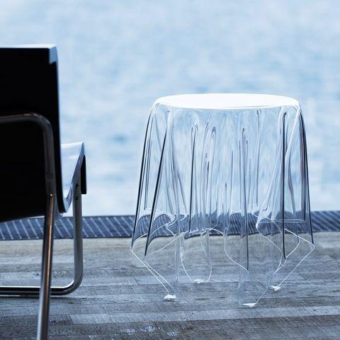 藍色背景前有一個透明桌子