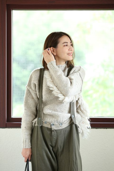 Clothing, Outerwear, Shoulder, Photography, Waist, Sleeve, Neck, Top, Long hair, Beige,