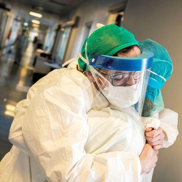 新冠肺炎醫院裡的10大暖心時刻!被口罩摩破的臉頰、85歲重返戰場的醫生爺爺⋯ 我們謝謝你