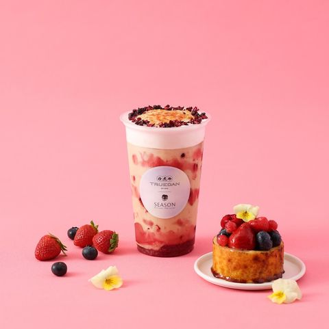 粉色背景前有粉色的飲料和甜點