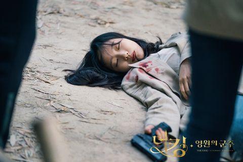 《永遠的君主》第16集大結局劇照金高銀染血昏迷在竹林