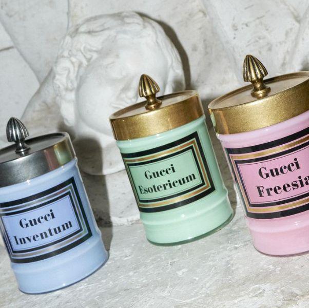 藍色綠色粉色的玻璃罐蠟燭上面有金色蓋子