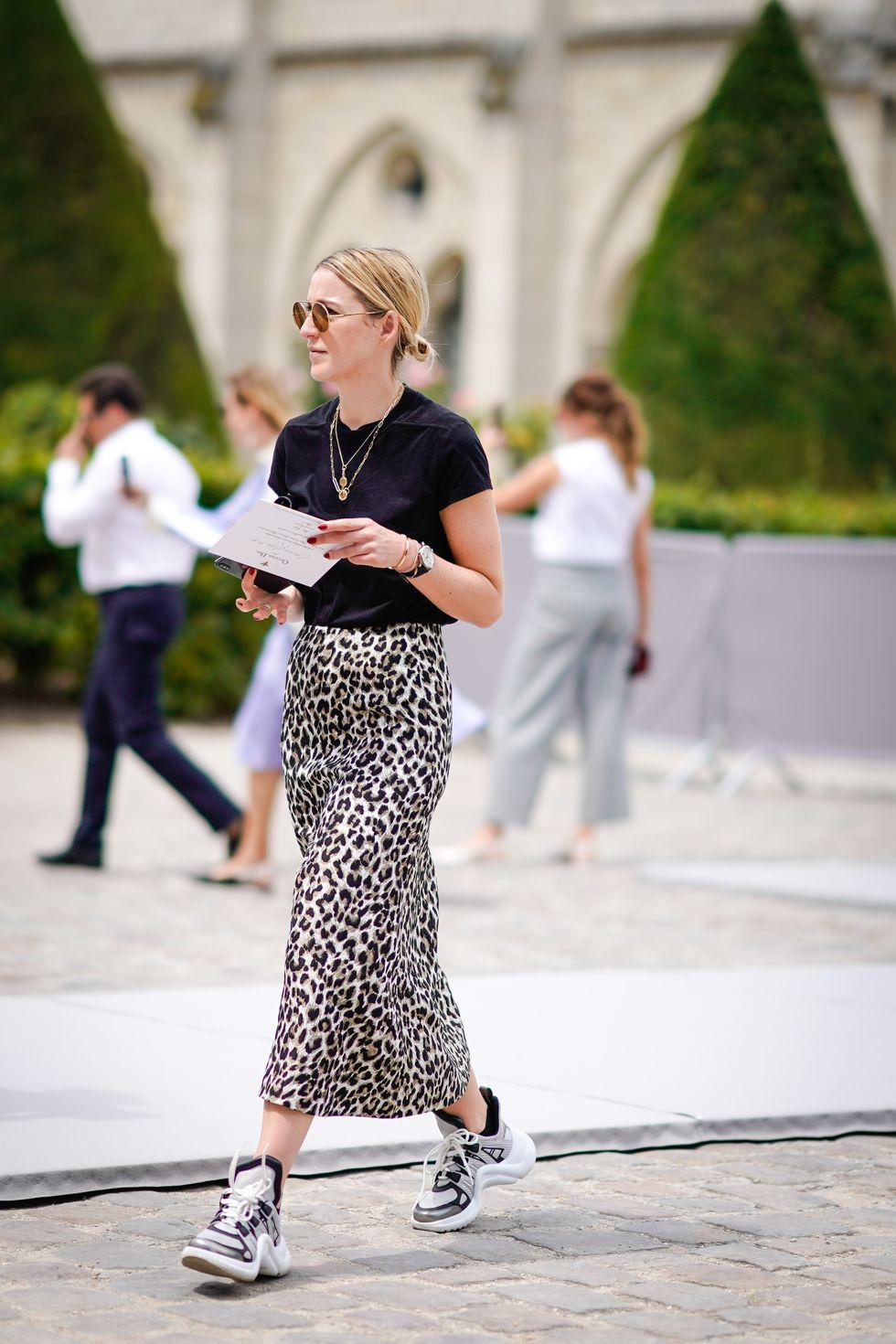 Visuel Femme en jupe longue léopard, T-shirt noir et sneakers Dior - Tendances 2019 - Article de blog ordinari.shop