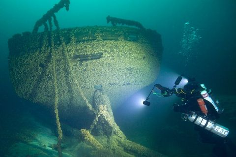 Underwater, Shipwreck, Scuba diving, Water, Organism, Underwater diving, Recreation, Diving equipment, Marine biology, Vehicle,