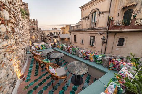 Town, Property, Building, Neighbourhood, Waterway, Street, Room, Architecture, Balcony, Tourism,