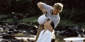 Fotograma Memorias de África: Robert Redford le lava el pelo a Meryl Streept.