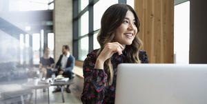 Vrouw aan het werk achter laptop