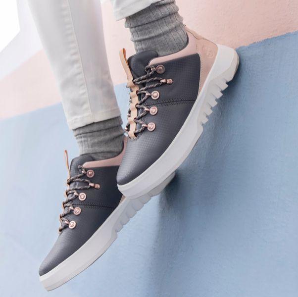 灰色和粉色的鞋子