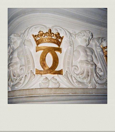 金色的香奈兒雙c logo