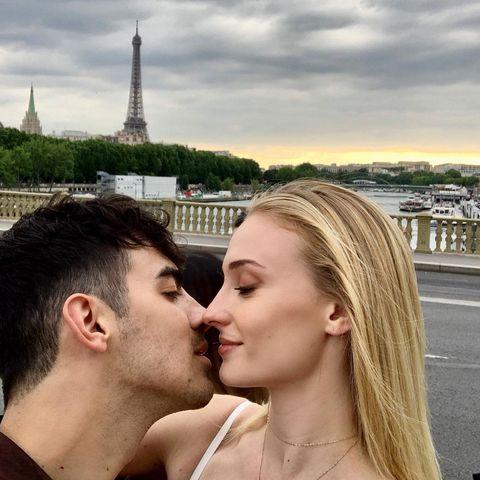 【3】適切なタイミングと場所でキスすること