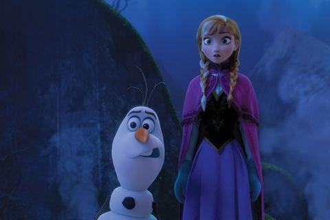 白色的雪寶在藍色背景前