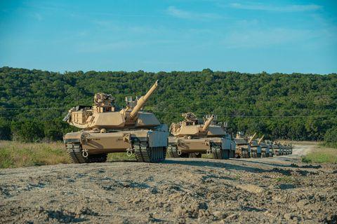 soldados con el 3er batallón, el 8vo regimiento de caballería, el equipo de combate de la 3ra brigada blindada, la 1ra división de caballería preparan el fuego de prueba el nuevo tanque de batalla principal m1a2 sepv3 abrams del ejército estadounidense, fort hood, texas, 18 de agosto de 2020 después de que la brigada greywolf realiza un fuego de prueba cada tanque que marcarán en sus sitios al