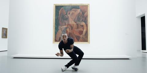 danser voor een schilderij in een museum