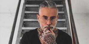 Man met tattoos en grijs haar
