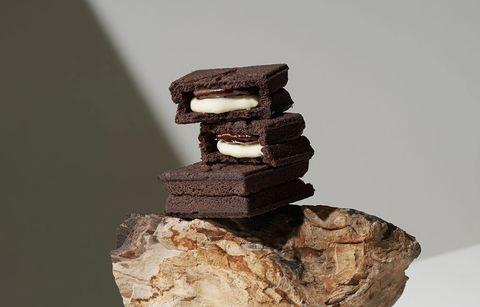 黑巧克力和咖啡色的底座