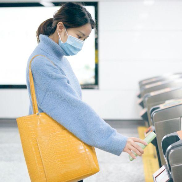 一個藍色衣服的女生背黃色包包感應