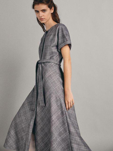 729939b17e Letizia lleva un vestido de Massimo Dutti que puedes tener por menos ...