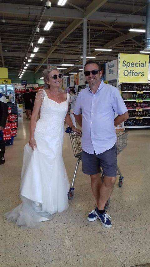 挑戰婚紗穿一年!「婚紗只穿一次太浪費」英國女人挑戰一整年去哪都只穿婚紗!