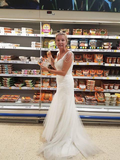 穿「婚紗」逛街、打掃、參加音樂季!英國女人挑戰一年日常婚紗計畫!