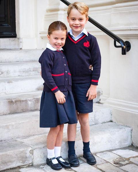 英國皇室 喬治王子和夏綠蒂公主穿制服上學合照