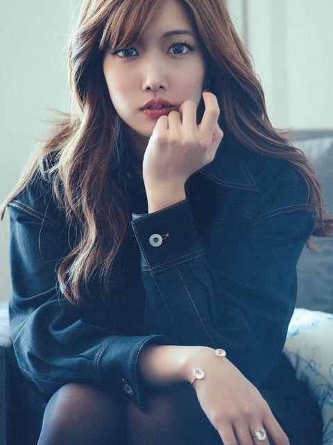 Hair, Face, Lip, Beauty, Skin, Hairstyle, Long hair, Sitting, Eye, Fashion,