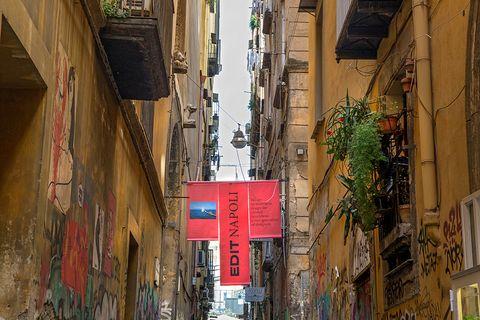 Edit Napoli, vico San Domenico Maggiore