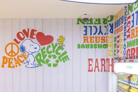 白色的牆面有史努比以及黃色,紅色,綠色字樣