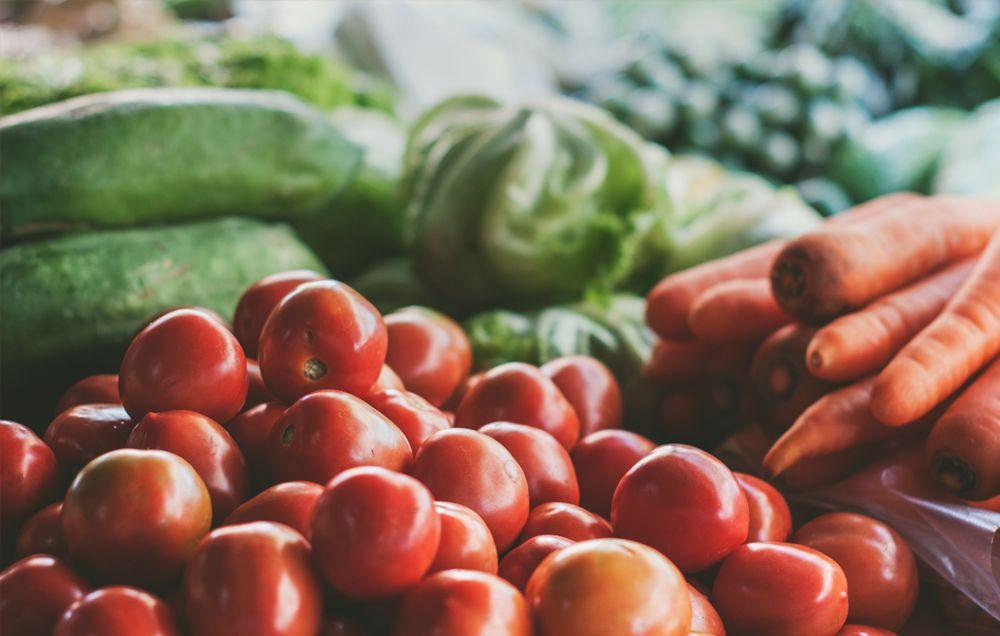 Секс мужчин с овощами и фруктами