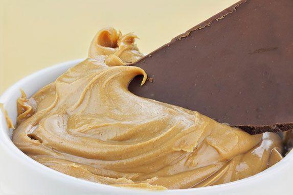 Bakje met pindakaas en een stuk chocolade.