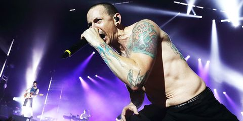 linkin park frontman chester bannister commits suicide