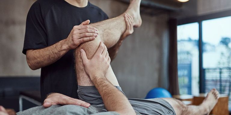 how to become a physical therapist for professional sports teams
