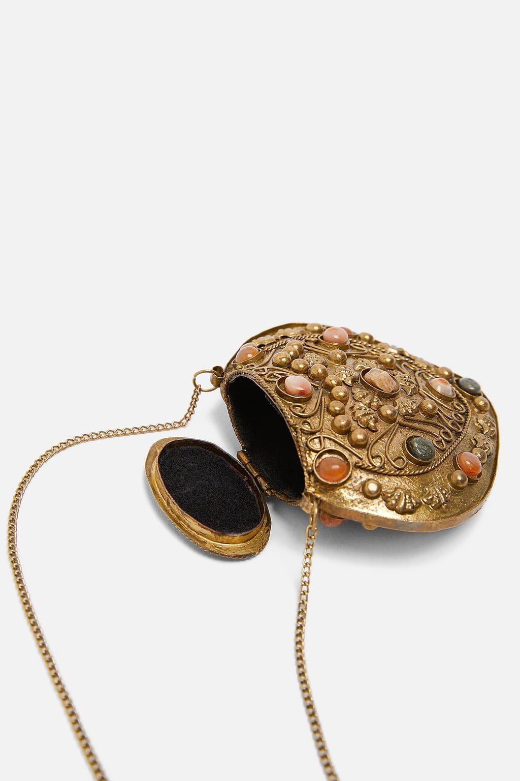 2127cd602 Zara saca un bolso (de 20 euros) que además sirve como collar y ya tiene  lista de espera - El bolso joya de Zara que ya tiene lista de espera