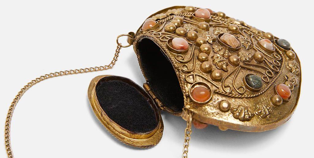 bf07c1e60359 Zara saca un bolso (de 20 euros) que además sirve como collar y ya tiene  lista de espera