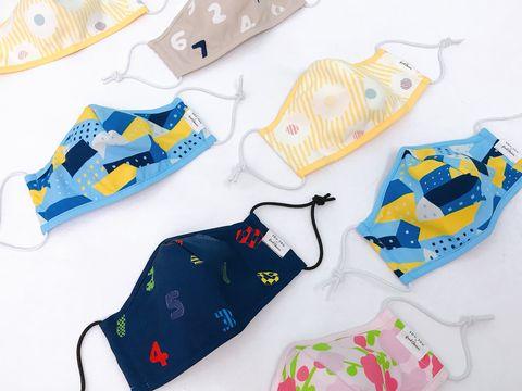 藍色、深藍色和黃色等等的印花口罩