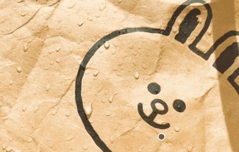 咖啡色的牛皮紙袋上有水滴