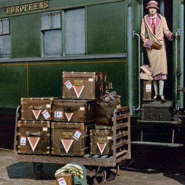 綠色的火車和咖啡色的行李箱