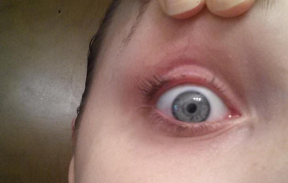 This Is What Happens When You Sneeze While Using An Eyelash Curler