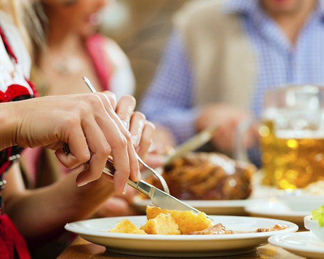 The RIGHT Way to Eat Out with Friends While Dieting