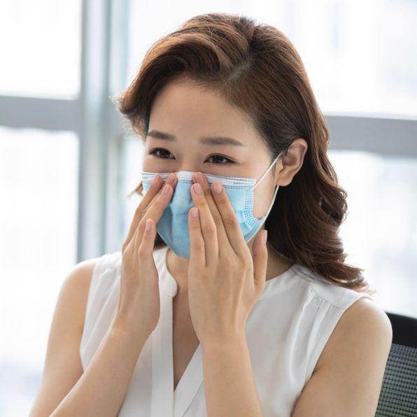 一個女生戴著藍色口罩