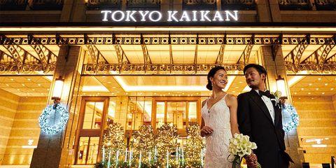 東京会館前にいるリアル花嫁と花婿