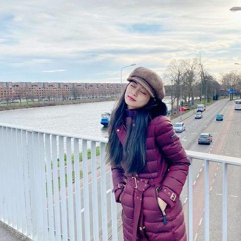 Street fashion, Clothing, Fashion, Beauty, Lip, Pink, Jacket, Coat, Outerwear, Cool,