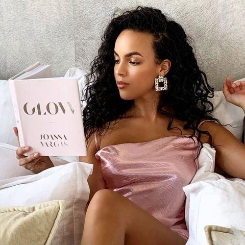 Hair, Beauty, Skin, Hairstyle, Lip, Photo shoot, Human, Shoulder, Sitting, Black hair,