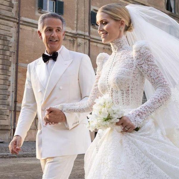 kitty spencer和老公穿著白色婚紗和西裝