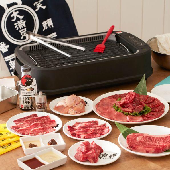 黑色烤爐和紅色的肉