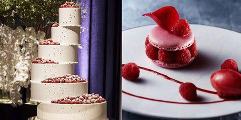 ベリーを使ったウエディングケーキとマカロンスイーツの組み合わせ画像