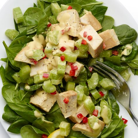 Salade de poulet épicée sur bébés épinards