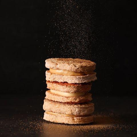 黑色背景前有咖啡色的餅乾